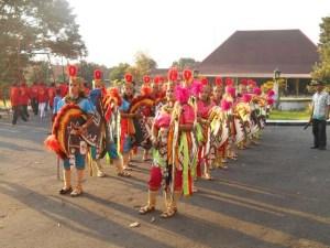 Para penari melakukan persiapan sebelum tampil  di Alun-alun Puro Pakualaman Yogyakarta