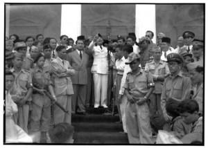 Bung Karno diantara para pejabat dan masyarakat umum
